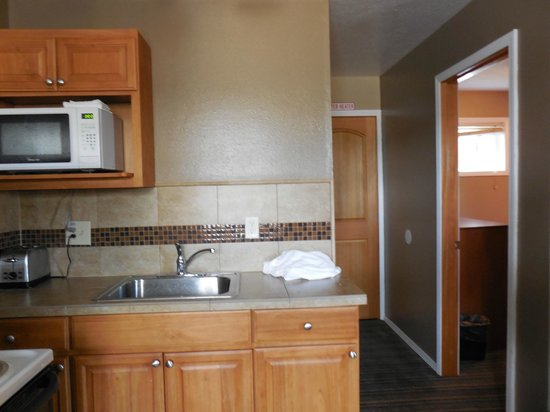 Nordic Inn and Suites: kitchen