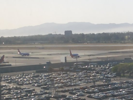 The Concourse Hotel at Los Angeles Airport - A Hyatt Affiliate: aircrafts landing seen from our window. no noise inside rooms