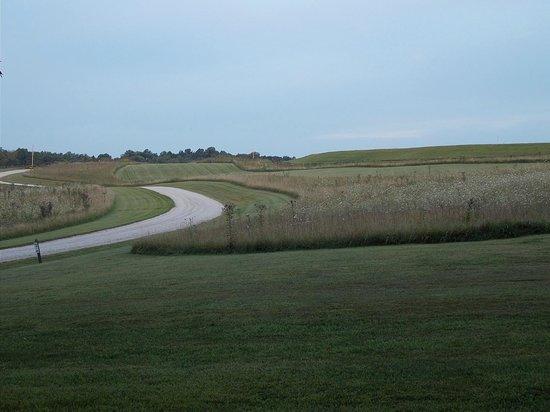 Glenlaurel Inn: Road to Inn through golf course