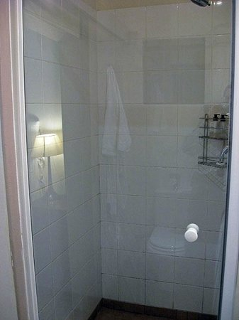 Mackaya Bella Guest House : My bathroom.
