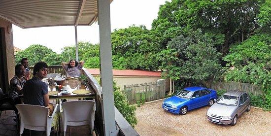 Mackaya Bella Guest House: Breakfast on the deck at Mackaya Bella.