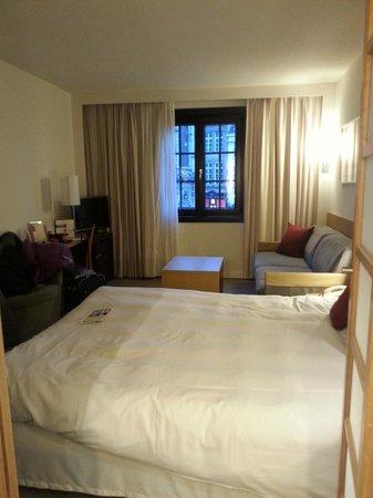 Novotel Brussels Grand Place : Habitación para 4 cama y sofá