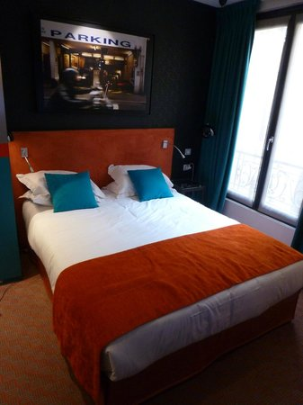 Hotel Atmospheres: Comfortable modern bed area
