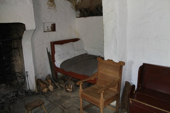 Frontier Culture Museum: Small family bed