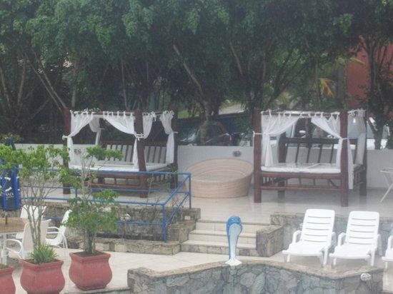 Coronado Beach Hotel: camastros frente a la pileta