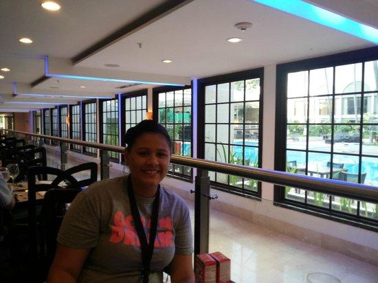 Sheraton Grand Panama: Restaurante con vista a la piscina