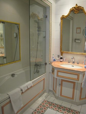 Hotel Le Regent: Bathroom