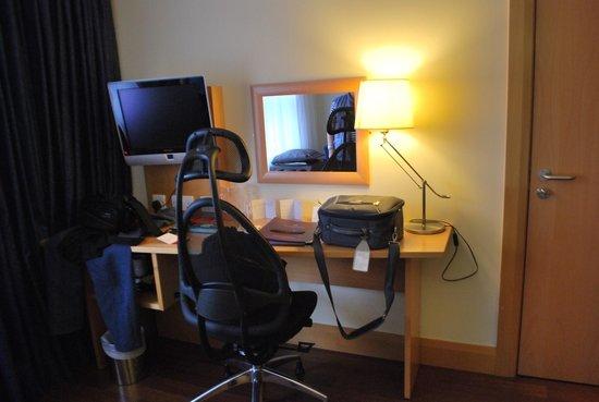Station House Hotel Letterkenny: Chambre coté bureau et Télévision