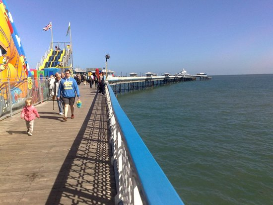 Llandudno Pier : Looking up the pier