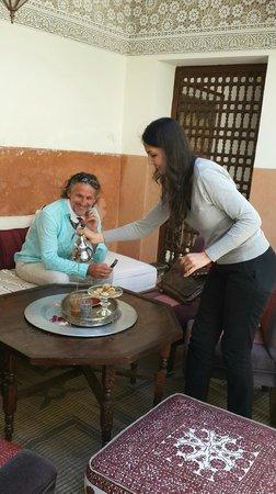 Riad du Ciel : Die Managerin serviert marokkanischen Tee
