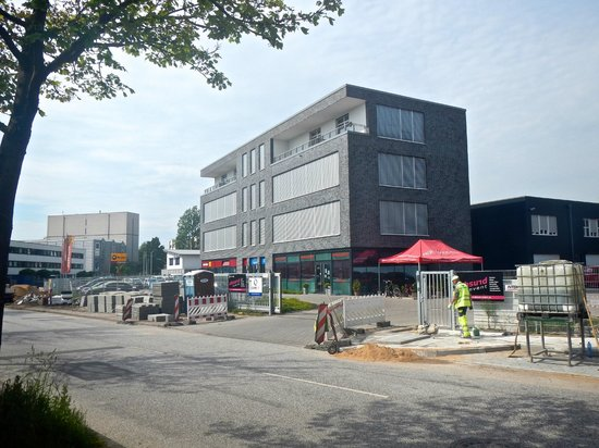 Arena Hostel Hamburg: The view of the Arena building, with ongoing noisy construction.