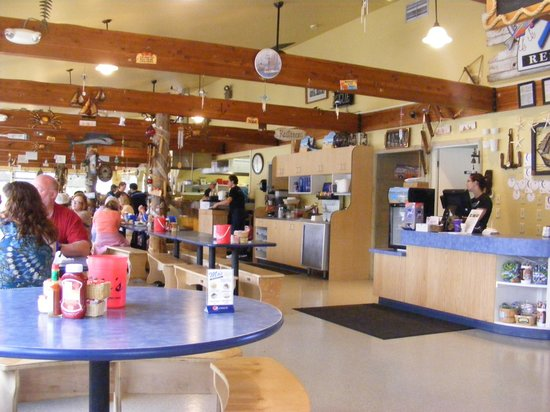 Mo's Seafood: Inside Mo's