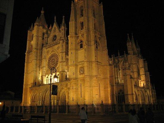Santa Maria de Leon Cathedral: Hecha en verano desde la esquina de calle ancha