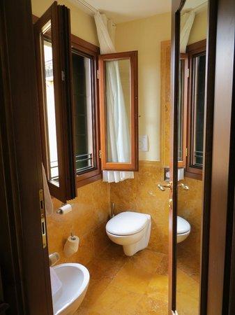 Hotel Al Codega: My clean, modern bathroom.
