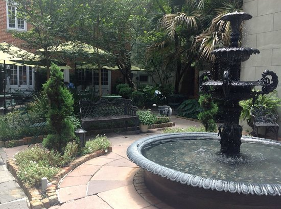 Cafe Amelie: courtyard garden with outdoor seating