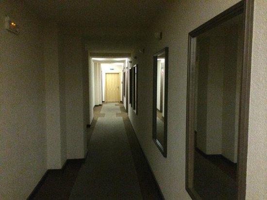 Hotel Ostruvek : Коридор. В доль коридора зеркала