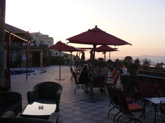 Minerva Hotel: Sunset over the terrace