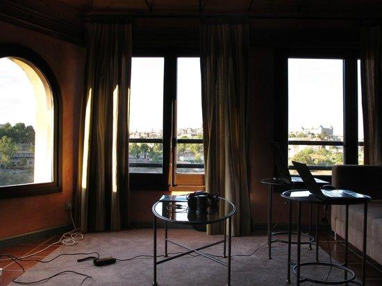 AC Hotel Ciudad de Toledo: Estudio integrado en la habitación con preciosas vistas de la ciudad.
