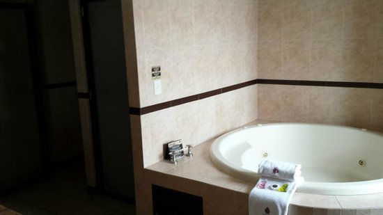 Hotel Morales Historical & Colonial Downtown Core: King Bathroom with Jet Tub