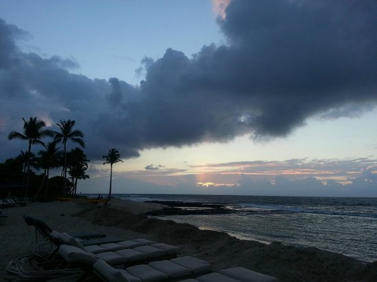 Four Seasons Resort Hualalai: Sunset before a stormy evening