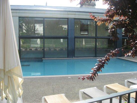 Pierre & Vacances Residenz Le Moulin des Cordeliers: Vue de l'extérieur de la piscine