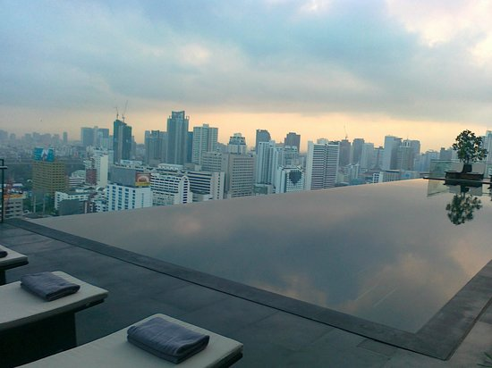 The Okura Prestige Bangkok: The pool on the 36th floor...