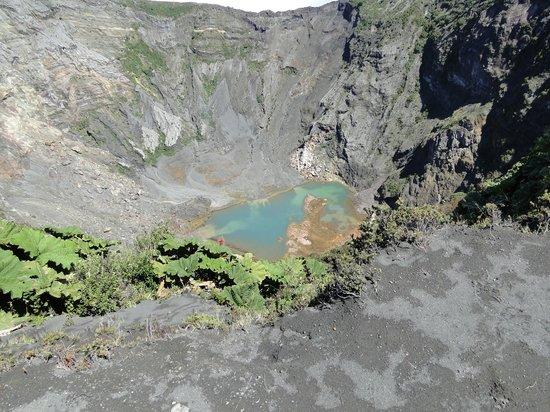 Poas Volcano: Día despejado que permite ver el color turquesa de su boca.