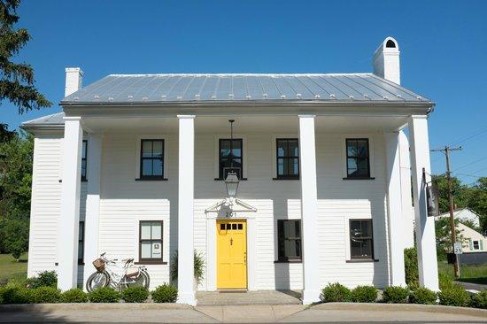 The White Moose Inn: entrance