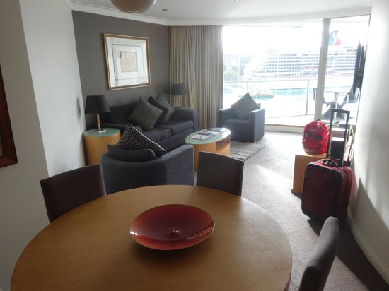 Pullman Quay Grand Sydney Harbour: Looking through dining/living rooms