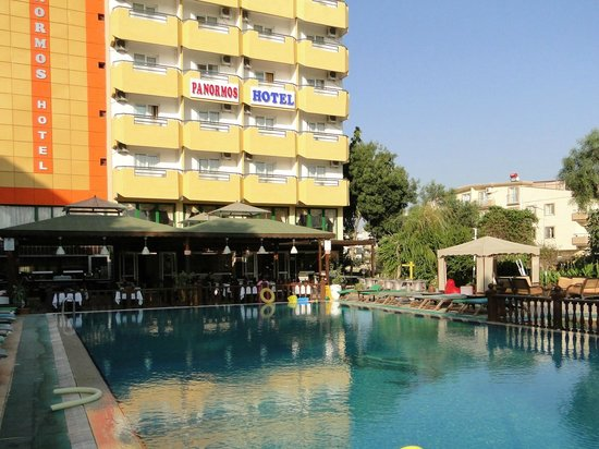 Panormos Hotel: Swimming pool, restaurant and basic view of hotel.
