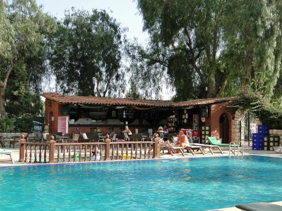 Panormos Hotel: Excellent bar next to the swimming pool.