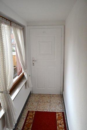 Hotel Raidel: Hallway and door to the toilet