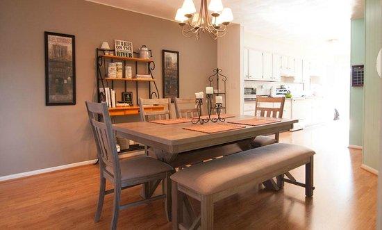 Blue Bedroom Inn: Shared Dining Room