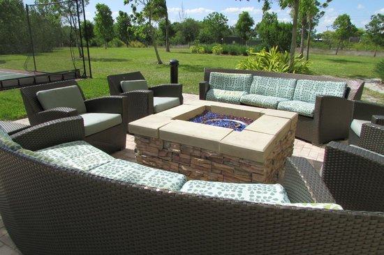 Residence Inn Fort Myers Sanibel : nice firepit area outside 1st floor patio
