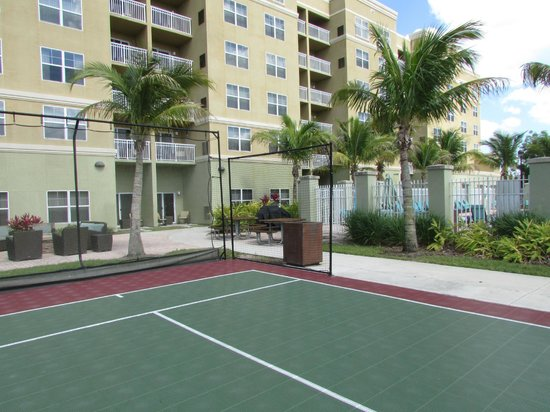 Residence Inn Fort Myers Sanibel: view from basketball/volleyball back toward room patio