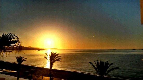 Hotel Garbi Ibiza & Spa : Sonnenaufgang vom Balkon aus.. wunderschön!