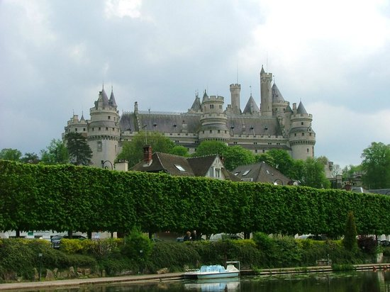 La Croix du Vieux Pont: At the lake, backdrop of Pierrefonds