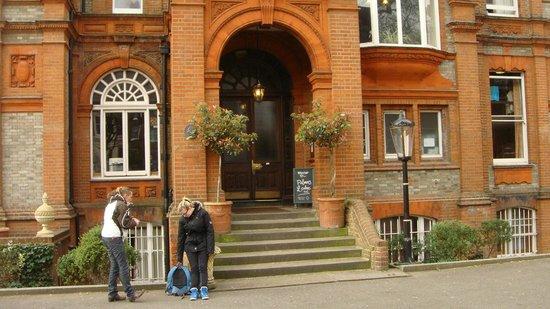 Palmers Lodge - Swiss Cottage: Entrée de ce petit hôtel de charme