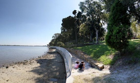 Philippe Park: Walk along the shoreline