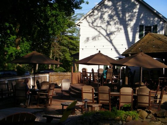 Canal Tavern of Zoar: Outdoor seating