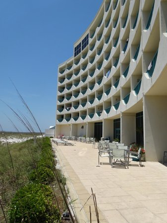 Holiday Inn Express Pensacola Beach: Backside of the hotel - notice the building's nice curve