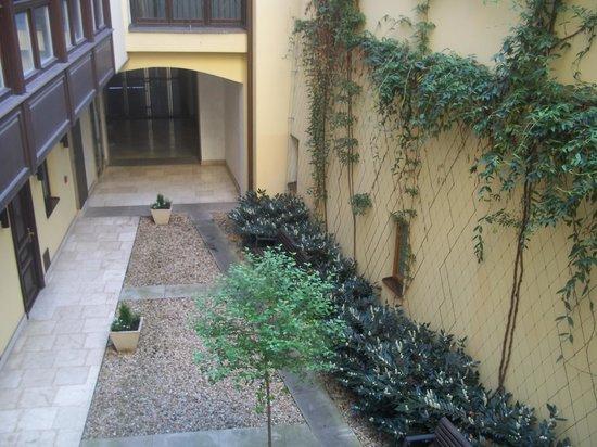 Retezova Apartments : giardino interno