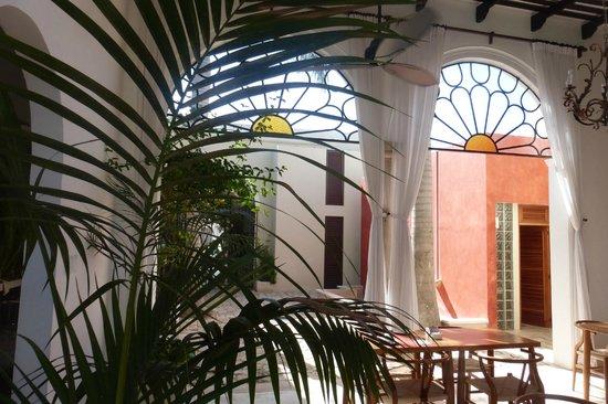 Koox Casa de las Palomas Boutique Hotel: Courtyard and Breakfast area