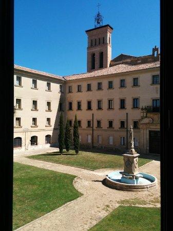 Hotel Real Monasterio de San Zoilo: Torre del monasterio desde mi habitación, de noche iluminada