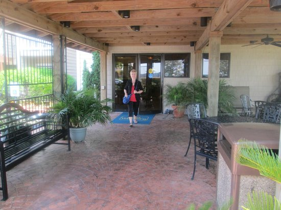 Best Western Chincoteague Island: Outdoor patio,entrance to hotel.
