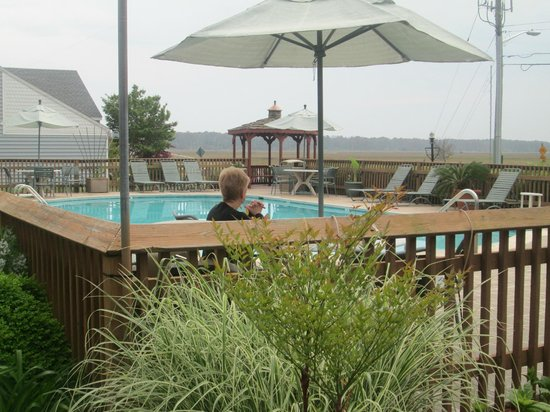 Best Western Chincoteague Island: late lunch in pool area.