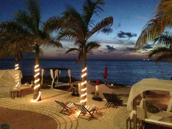 Hotel B Cozumel: Beach at night