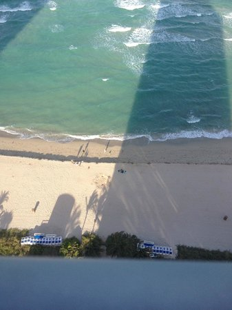 Doubletree by Hilton Ocean Point Resort & Spa - North Miami Beach: Lookign down