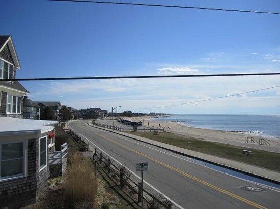 The Seaside Inn: Beach immediately across the street