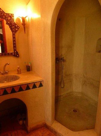 Riad Aguerzame : Salle de bain de la chambre verte